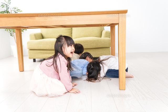 地震から避難をする子どもたちの写真素材 [FYI04714455]