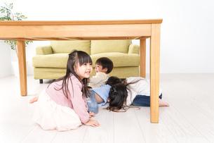 地震から避難をする子どもたちの写真素材 [FYI04714456]