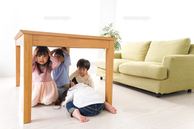 地震から避難をする子どもたちの写真素材 [FYI04714457]