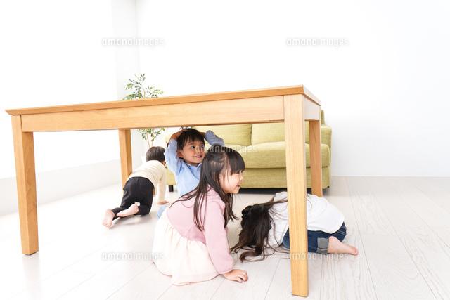 地震から避難をする子どもたちの写真素材 [FYI04714458]