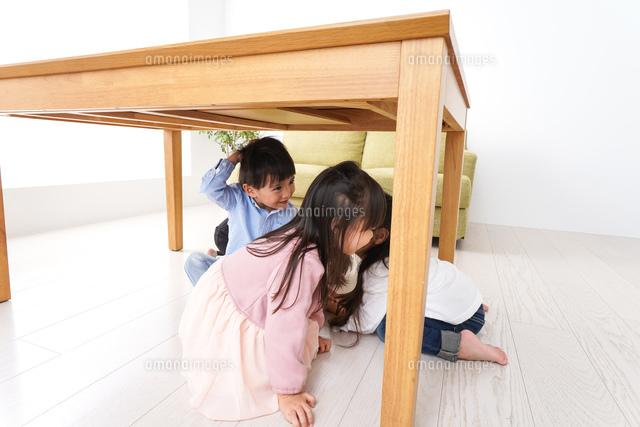 地震から避難をする子どもたちの写真素材 [FYI04714459]