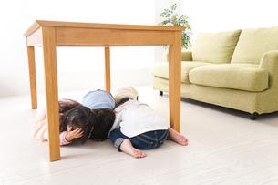 地震から避難をする子どもたちの写真素材 [FYI04714460]