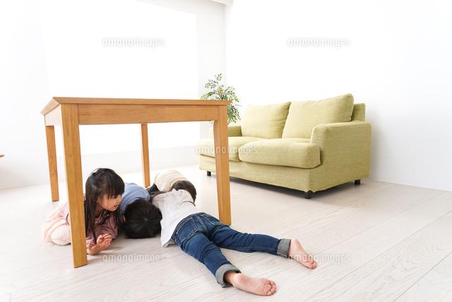 地震から避難をする子どもたちの写真素材 [FYI04714461]