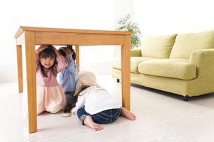 地震から避難をする子どもたちの写真素材 [FYI04714462]