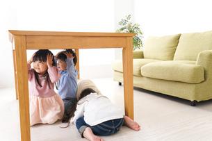 地震から避難をする子どもたちの写真素材 [FYI04714463]