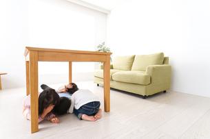 地震から避難をする子どもたちの写真素材 [FYI04714464]