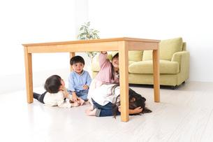 地震から避難をする子どもたちの写真素材 [FYI04714467]