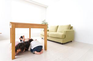 地震から避難をする子どもたちの写真素材 [FYI04714468]