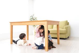 地震から避難をする子どもたちの写真素材 [FYI04714470]