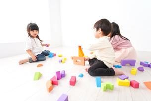 ブロックで遊ぶ子どもたちの写真素材 [FYI04714489]