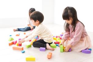 ブロックで遊ぶ子どもたちの写真素材 [FYI04714490]