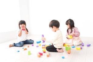 ブロックで遊ぶ子どもたちの写真素材 [FYI04714491]