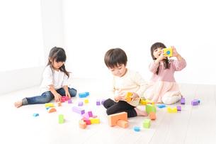 ブロックで遊ぶ子どもたちの写真素材 [FYI04714493]