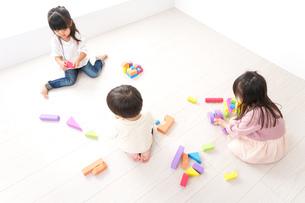 ブロックで遊ぶ子どもたちの写真素材 [FYI04714494]