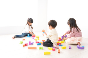 ブロックで遊ぶ子どもたちの写真素材 [FYI04714496]