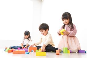 ブロックで遊ぶ子どもたちの写真素材 [FYI04714498]
