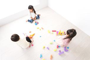ブロックで遊ぶ子どもたちの写真素材 [FYI04714500]