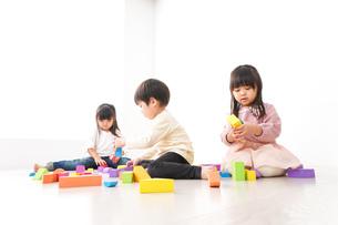 ブロックで遊ぶ子どもたちの写真素材 [FYI04714503]