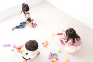 ブロックで遊ぶ子どもたちの写真素材 [FYI04714507]