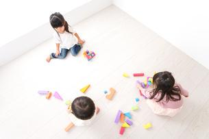 ブロックで遊ぶ子どもたちの写真素材 [FYI04714509]