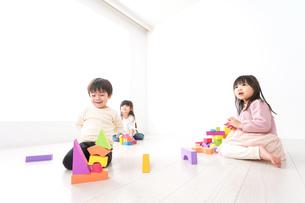 ブロックで遊ぶ子どもたちの写真素材 [FYI04714510]