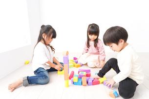 ブロックで遊ぶ子どもたちの写真素材 [FYI04714511]