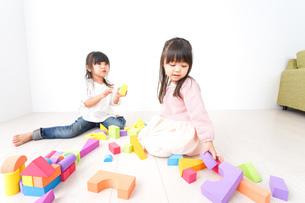 ブロックで遊ぶ子どもたちの写真素材 [FYI04714512]