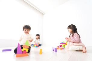ブロックで遊ぶ子どもたちの写真素材 [FYI04714513]