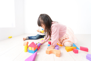 ブロックで遊ぶ子どもたちの写真素材 [FYI04714515]