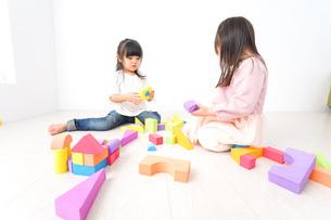 ブロックで遊ぶ子どもたちの写真素材 [FYI04714518]