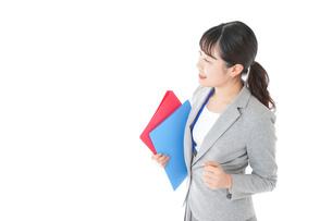 オフィスでファイルを持つ若いビジネスウーマンの写真素材 [FYI04714598]