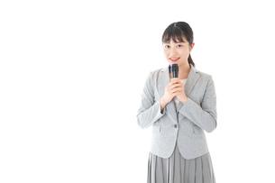 司会をする若いビジネスウーマンの写真素材 [FYI04714658]