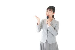 司会をする若いビジネスウーマンの写真素材 [FYI04714664]