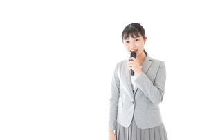 司会をする若いビジネスウーマンの写真素材 [FYI04714693]