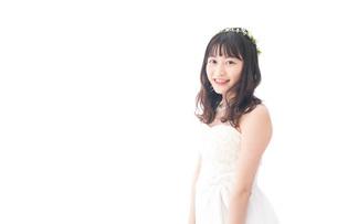 ドレスを着た笑顔の花嫁の写真素材 [FYI04714710]