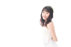 ドレスを着た笑顔の花嫁の写真素材 [FYI04714715]