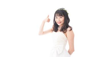 OKサインをするドレス姿の花嫁の写真素材 [FYI04714725]