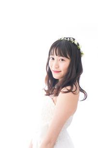 ドレスを着た笑顔の花嫁の写真素材 [FYI04714739]