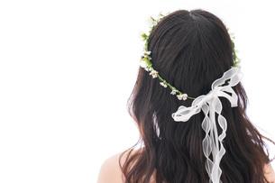 ドレスを着た笑顔の花嫁の写真素材 [FYI04714742]