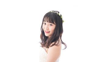 ドレスを着た笑顔の花嫁の写真素材 [FYI04714743]