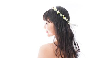 ドレスを着た笑顔の花嫁の写真素材 [FYI04714749]