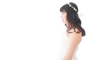 ドレスを着た笑顔の花嫁の写真素材 [FYI04714750]