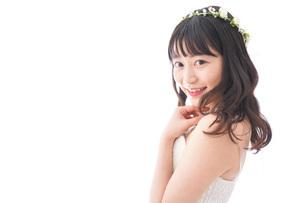 ドレスを着た笑顔の花嫁の写真素材 [FYI04714751]
