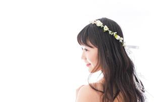 ドレスを着た笑顔の花嫁の写真素材 [FYI04714752]