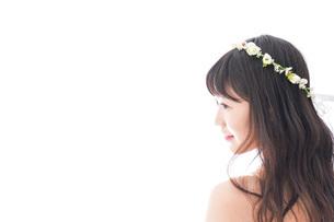 ドレスを着た笑顔の花嫁の写真素材 [FYI04714753]
