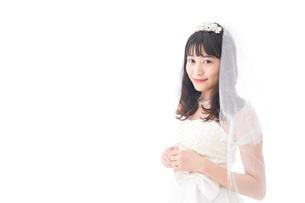 ドレスを着た笑顔の花嫁の写真素材 [FYI04714765]