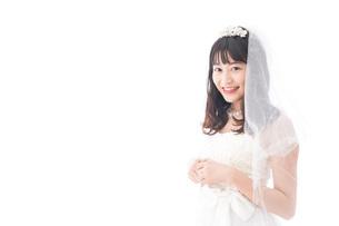 ドレスを着た笑顔の花嫁の写真素材 [FYI04714767]
