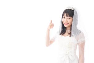 OKサインをするドレス姿の花嫁の写真素材 [FYI04714771]