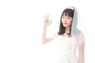 OKサインをするドレス姿の花嫁の写真素材 [FYI04714775]