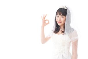 OKサインをするドレス姿の花嫁の写真素材 [FYI04714780]